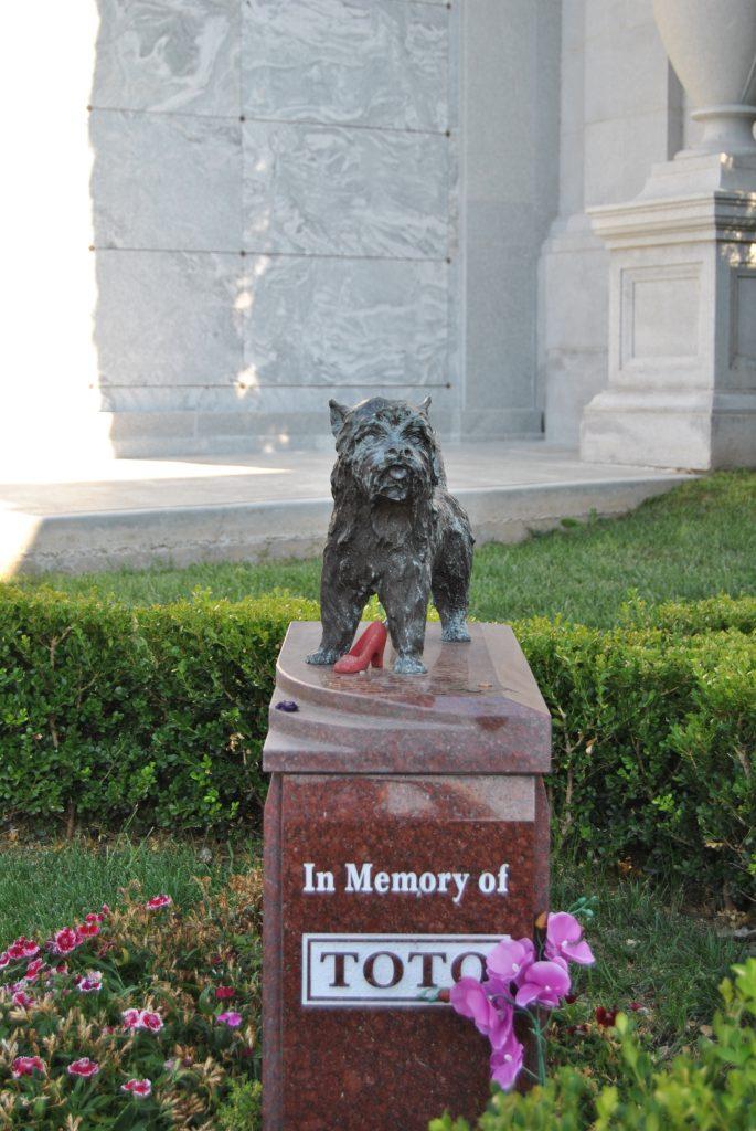Estatua memorial a Toto Hollywood Forever Cemetery