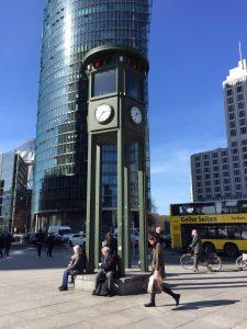 Semáforo en Postdamer Platz. qué ver y hacer en Berlín