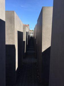 En el interior del Monumento al Holocausto. qué ver en Berlín