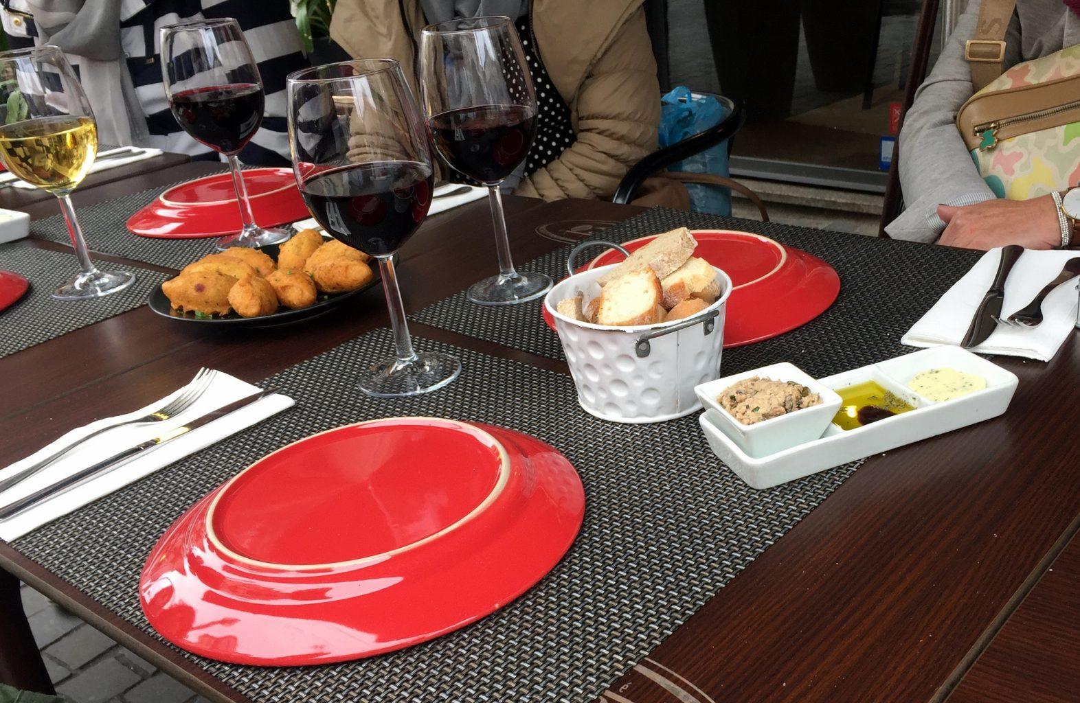 Croquetas y paté con vino. Tour vinos Oporto.
