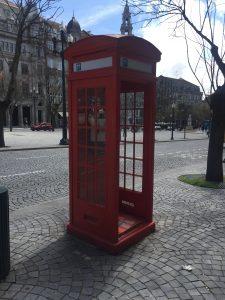 Cabinas telefónicas en la Avenida de los Aliados. Recorrido por el Streetart de oporto