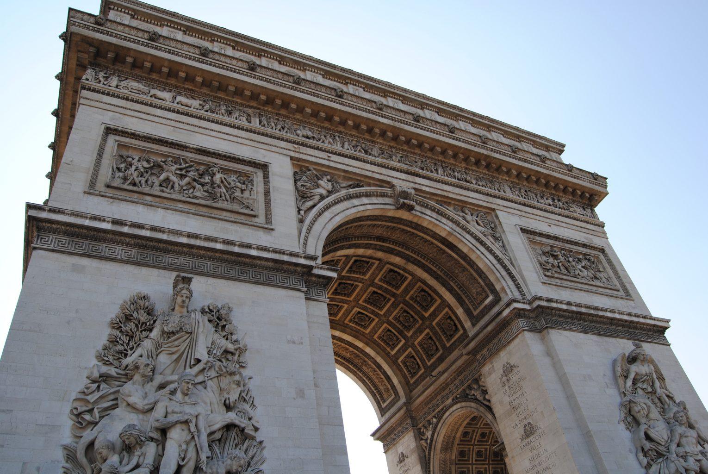 Vista inferior del Arco del Triunfo. qué ver en París