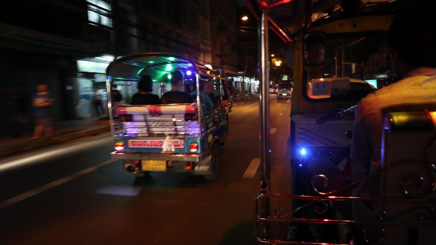 Tuk tuk nocturno por Bangkok. Moverse por Bangkok