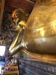 Buda reclinado en Wat Pho. templos de bangkok