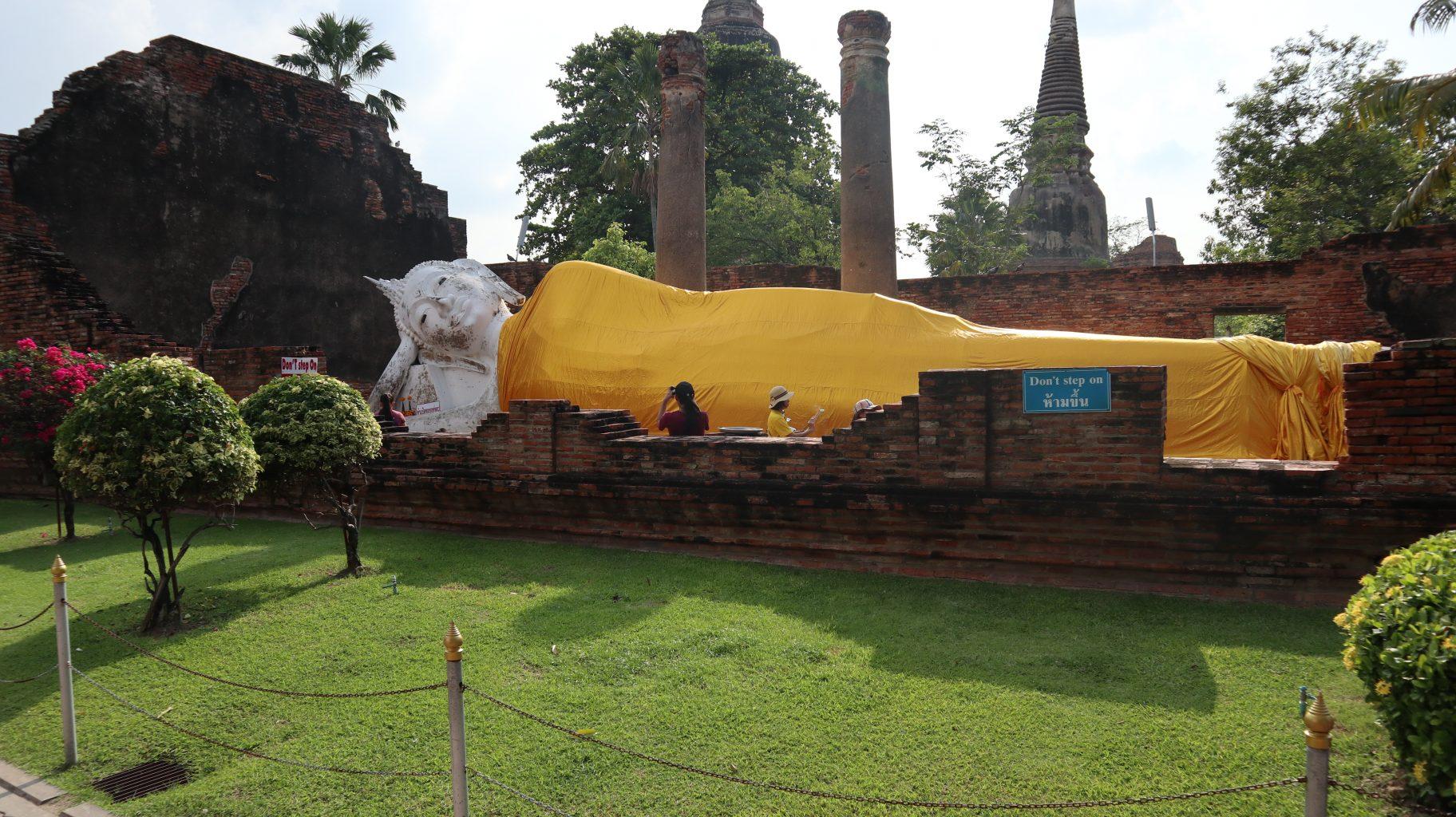 Buda reclinado en Wat Yai Chai Mongkhol. mercado del tren, el mercado flotante y ruinas de Ayutthaya