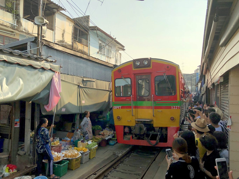 Mercado del tren. mercado del tren, el mercado flotante y ruinas de Ayutthaya