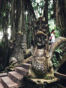 Puente con esculturas. Ubud Monkey Forest
