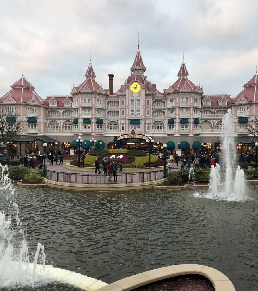 Colas antes de las 17:00h. Fiesta de fin de año en Disneyland París