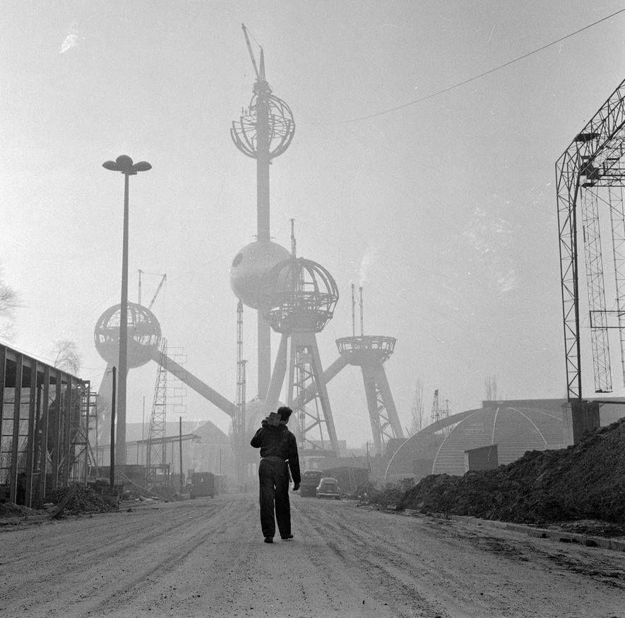 Atomium en construcción. Visitar el Atomium, el gran símbolo de Bruselas