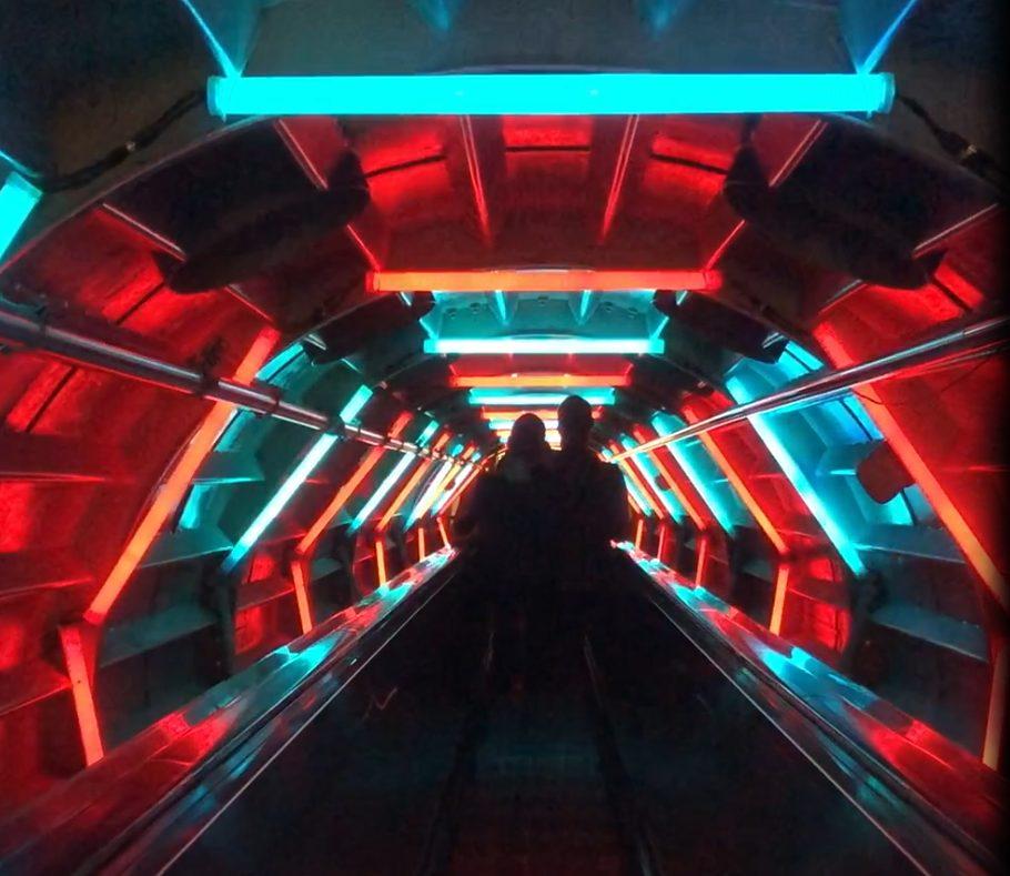Túnel entre esferas. Visitar el Atomium