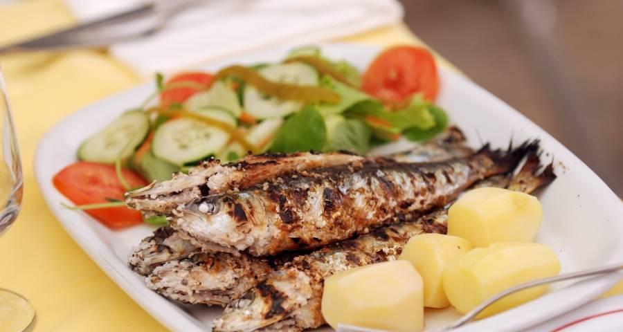 Sardinas asadas. qué comer en Portugal