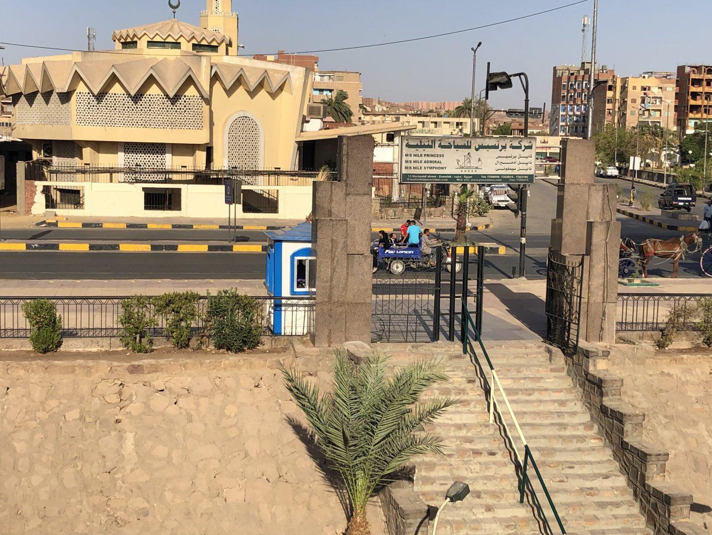 Entrada al puerto y caseta de seguridad en Aswan. ¿Es seguro viajar a Egipto?