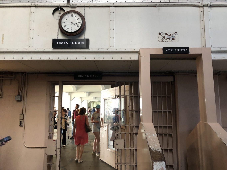 Pasillo Times Square hacia el comedor. Visitar la cárcel de Alcatraz