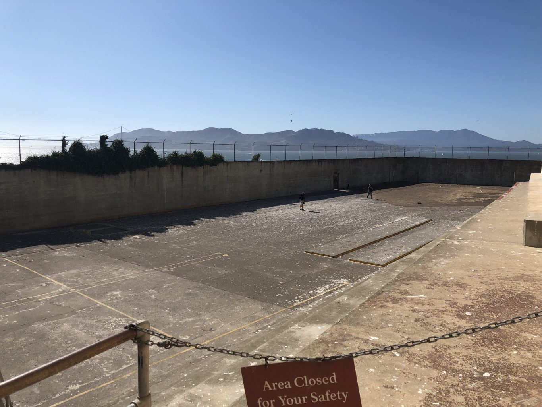 Patio exterior. Visitar la cárcel de Alcatraz