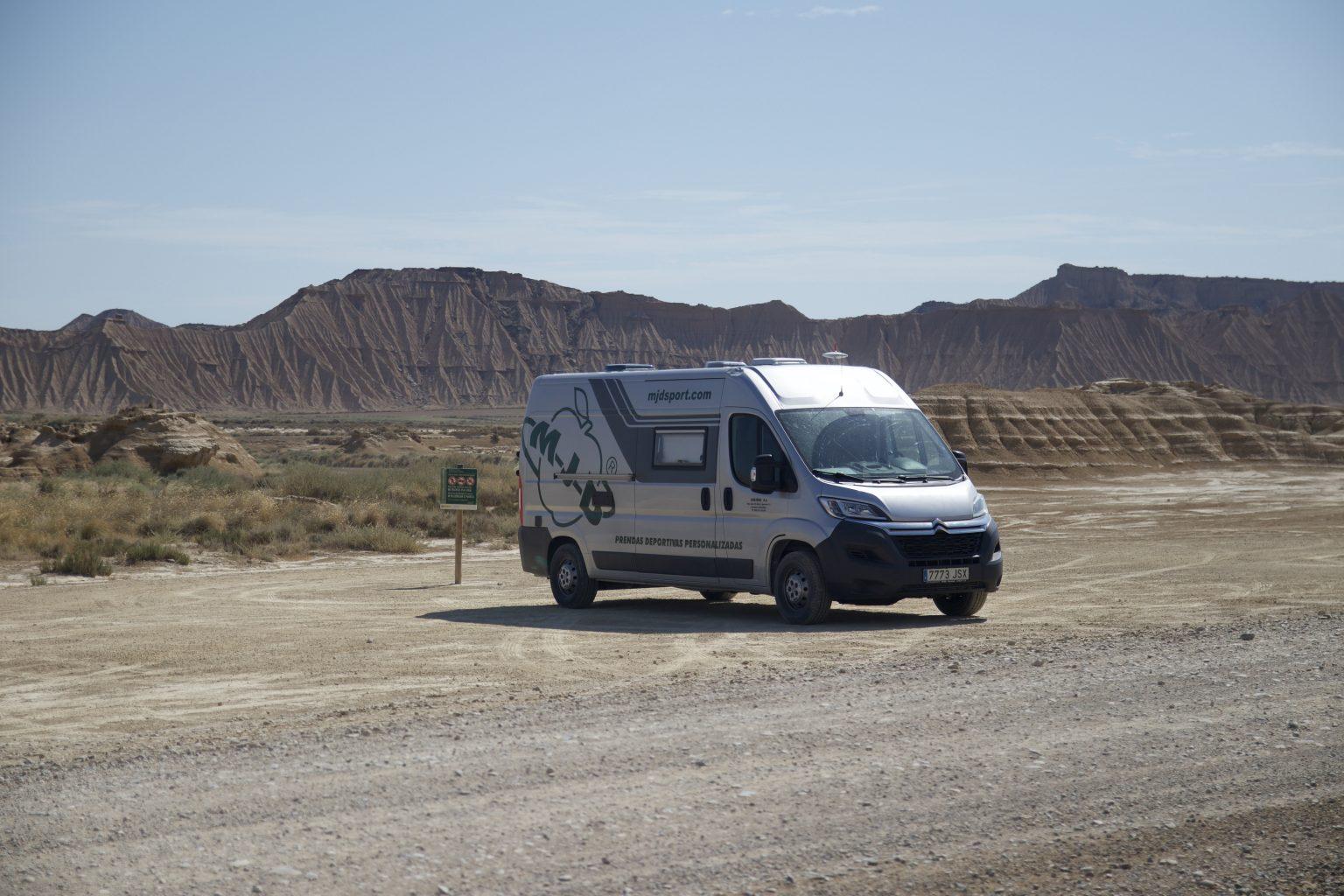 Aparcamos la furgoneta en el lateral de la carretera