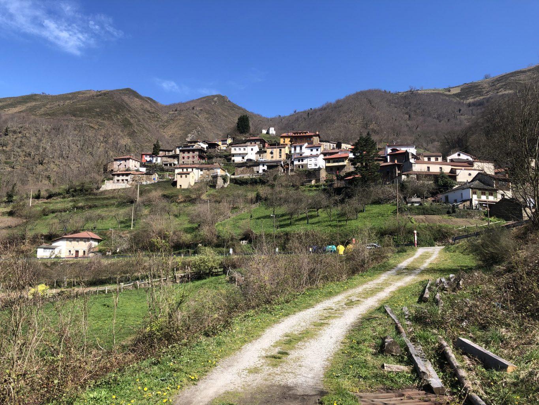 Vista del pueblo de Murias. Ruta a la Cascada de Xurbeo